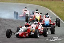 Les stars du futur se battent dans la course de Formule Ford