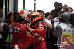 Michael Schumacher y Rubens Barrichello celebran el triunfo de uno-dos de Ferrari