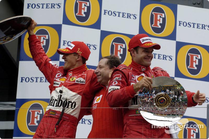 Podio: el ganador de la carrera Michael Schumacher, Jean Todt y Rubens Barrichello celebran