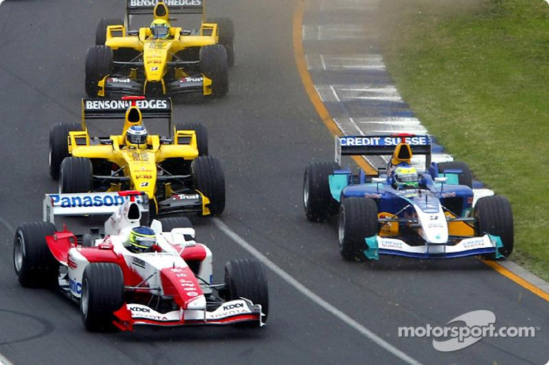 Primera curva: Cristiano da Matta lucha con Giancarlo Fisichella