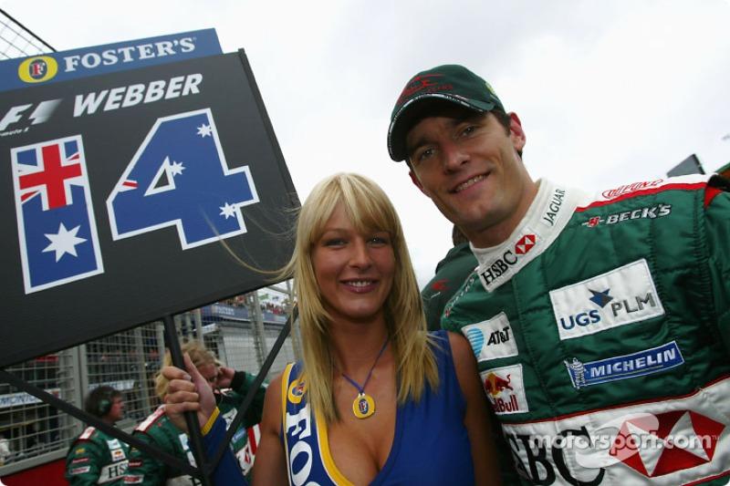 Mark Webber en la parrilla de salida con una encantadora chica de Foster