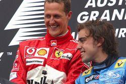 Podio: ganador de la carrera Michael Schumacher con Fernando Alonso