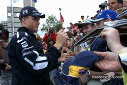 Ralf Schumacher firma autógrafos