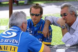 Jarno Trulli discute avec Pat Symonds et Flavio Briatore