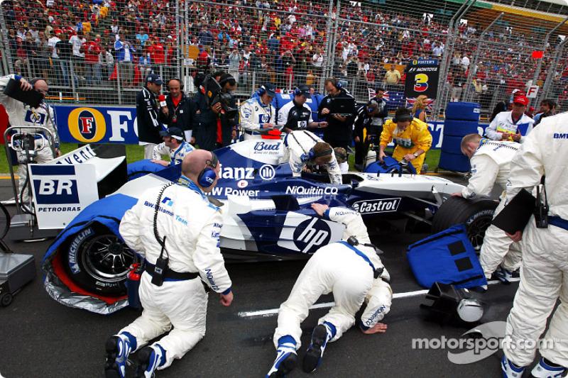 Los miembros del equipo Williams-BMW se preparan en la parrilla de salida