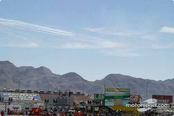 Des Thunderbirds survolent la piste lors du premier tour