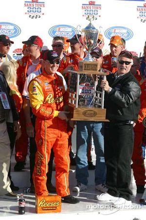 Le vainqueur Kevin Harvick pose avec le trophée