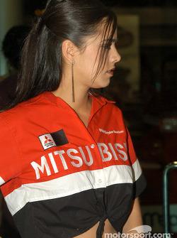 Una chica Mitsubishi