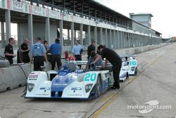 Les deux Lola-MG Prototypes du Dyson Racing reçoivent du carburant dans les stands de Sebring