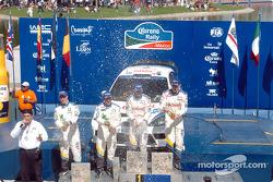 Markko Martin et Michael Park fêtent leur victoire avec François Duval et Stéphane Prévot