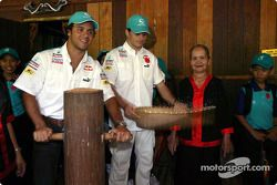 Sauber Petronas visite le village culturel de Sarawak : Felipe Massa et Giancarlo Fisichella