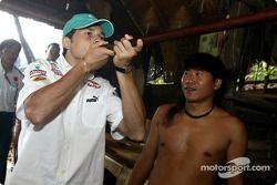 Sauber Petronas visite le village culturel de Sarawak : Giancarlo Fisichella