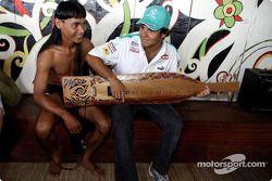 Sauber Petronas visite le village culturel de Sarawak : Felipe Massa