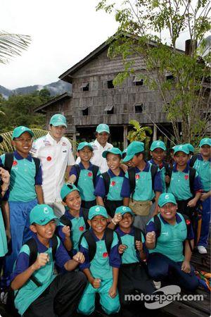 Sauber Petronas visite le village culturel de Sarawak : Giancarlo Fisichella et Felipe Massa avec de jeunes fans