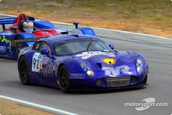 Amanda Stretton pilote la TVR n°92 alors que Jon Field la dépasse dans la Lola B160-Judd du Team Intersport
