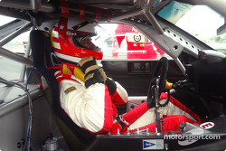 Danny Sullivan s'installe dans sa Ferrari avant de prendre la piste