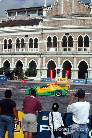 Une voiture de course dans la rue