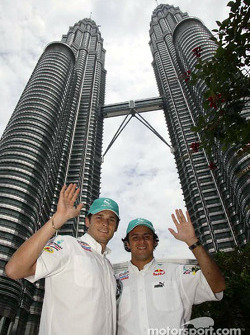 Sauber Petronas pilotu s visit Kuala Lumpur: Felipe Massa ve Giancarlo Fisichella, Petronas Twin Tow