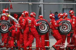 Equipo Ferrari listo para pitstop