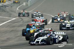 Inicio: Juan Pablo Montoya batalla con Kimi Raikkonen
