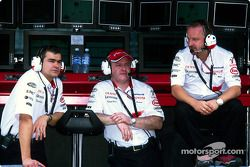 Dieter Gass, Richard Cregan y Mike Gascoyne en el stand de pared de pit