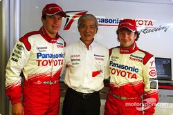 Olivier Panis y Cristiano da Matta con Akihiko Saito, Vicepresidente Ejecutivo Toyota Motor Corporat