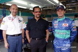Peter Sauber y Giancarlo Fisichella con un huésped