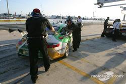 L'équipe The Racer's Group arrive dans la pitlane