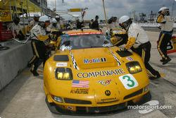 Arrêt pour la Chevrolet Corvette C5-R n°3 du Corvette Racing (Ron Fellows, Johnny O'Connell, Max Papis)