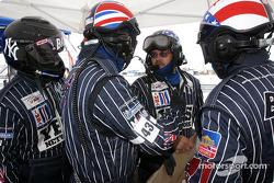Les mécaniciens du BAM! Racing dans leurs combinaisons zébrées façon NY Yankees