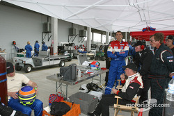 Justin Wilson y Phil Andrews in Taurus Racing pit