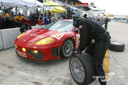 Arrêt pour la Ferrari 360 Modena n°35 du Risi Competizione (Anthony Lazzaro, Ralf Kelleners, Matteo