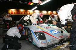 Arrêt pour l'Audi R8 n°38 du Team ADT Champion (JJ Lehto, Emanuele Pirro, Marco Werner)