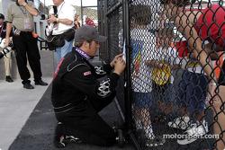 Le vainqueur J.J. Yeley prend soin de ses fans
