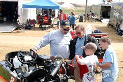 Le légendaire pilote de karting et de Winston Cup Lake Speed, au centre, discute avec le crew chief de Jason Petty, Wayne Oakley, à gauche