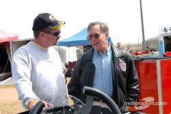 Lake Speed (à droite) discute avec Wayne Oakley (à gauche)