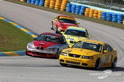 La BMW Z3 n°36 du Matt Connolly Motorsports (Steven Ablondi, Karl Thomson) et la Mustang Cobra R n°1