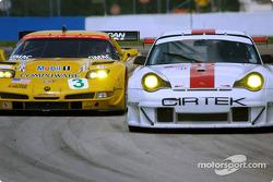 La Chevrolet Corvette C5-R n°3 du Corvette Racing (Ron Fellows, Johnny O'Connell, Max Papis) et la P