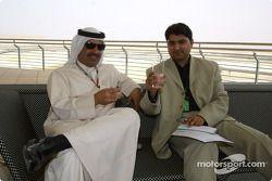 Shaikh Fawaz essaie le Warrd, la nouvelle boisson non-alcoolisée développée spécialement pour le podium du GP de Bahreïn