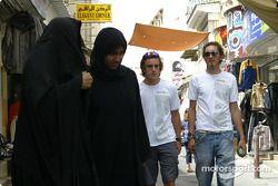 Renault pilotu s visit Bahrain: Fernando Alonso ve Franck Montagny