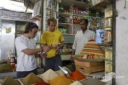 Les pilotes Renault visitent Bahreïn : Fernando Alonso and Jarno Trulli