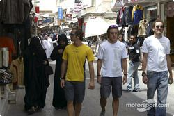 Les pilotes Renault visitent Bahreïn : Jarno Trulli, Fernando Alonso et Franck Montagny