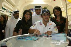 Felipe Massa signe des autographes pour ses fans dans le centre de Manama