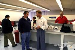 Bruce Martin parle au pilote-propriétaire d'Access Motorsports Greg Ray