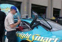 Un mécanicien travaille sur la voiture de Matt Kenseth en Busch Series