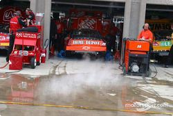 De la fumée sort du garage de Tony Stewart