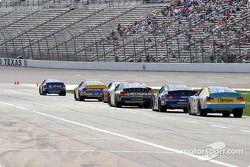 Les voitures attendent les essais dans les stands