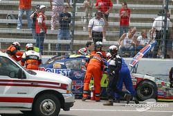Kyle Busch sort de sa voiture n°84 détruite