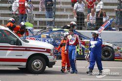 Kyle Busch marche jusqu'à l'ambulance