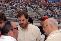 Eddie Gossage (au centre) et Bruton Smith (à droite)